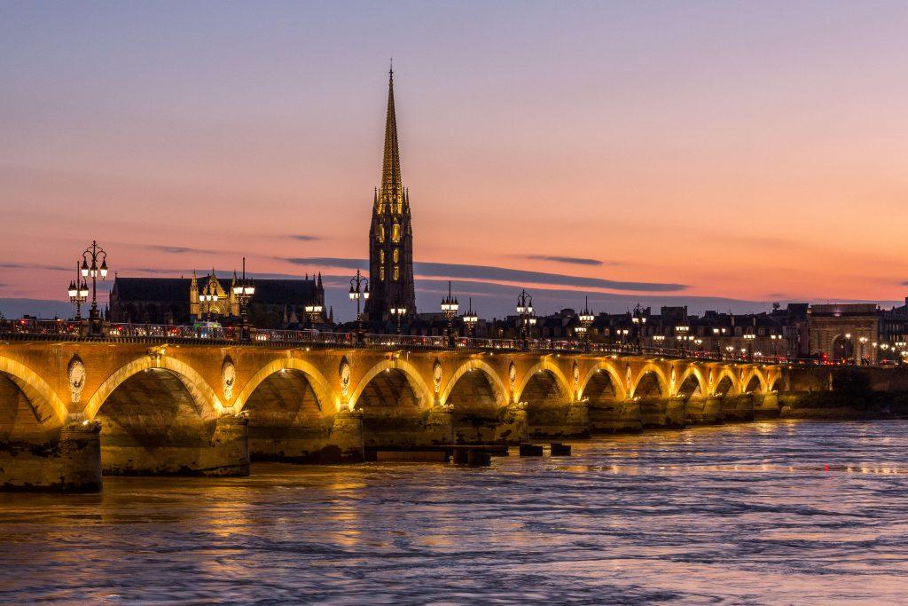 Destination urbaine située entre mer et terre, Bordeaux a toujours eu plusieurs visages, la pierre en cœur de ville, l'eau et la nature à ses portes.