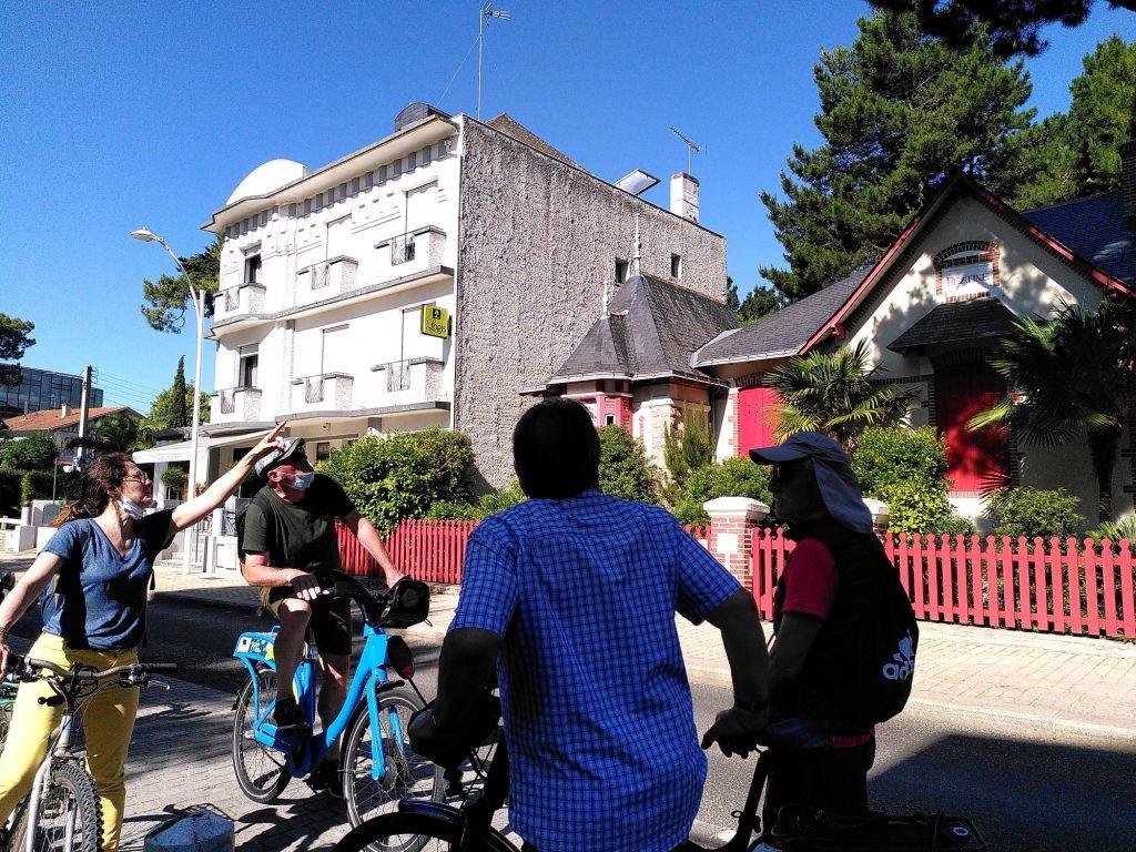 Un Greeter en visite avec trois touristes à La Baule