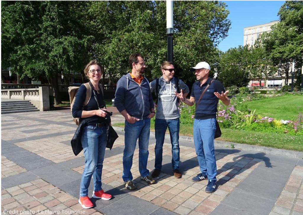 Un Greeter avec un trois touristes en visite au Havre