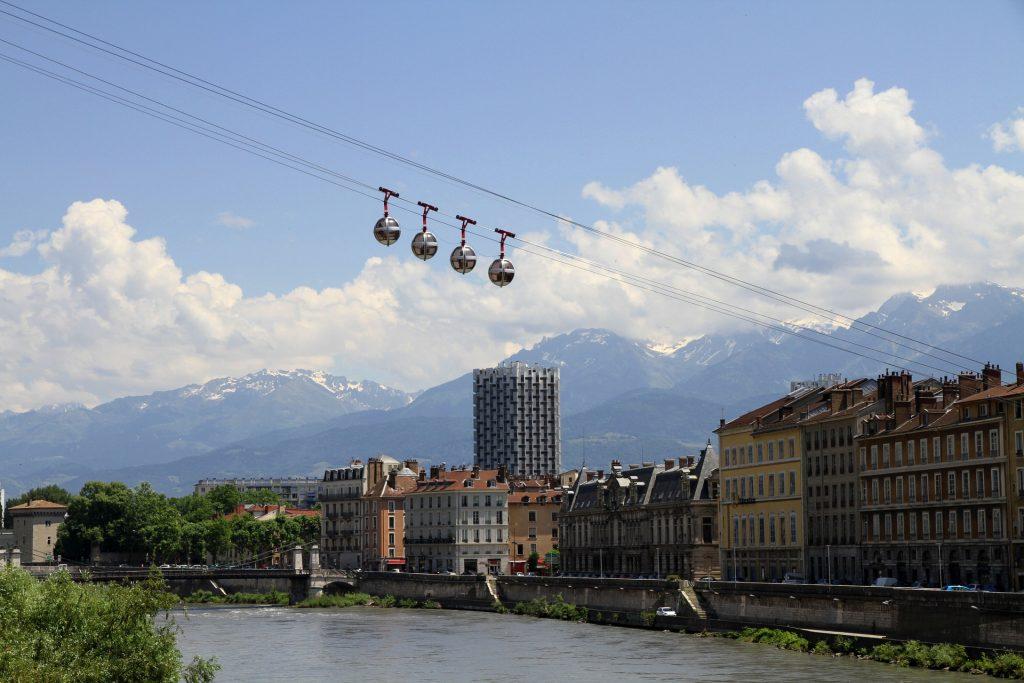 Télécabines au survol de Grenoble
