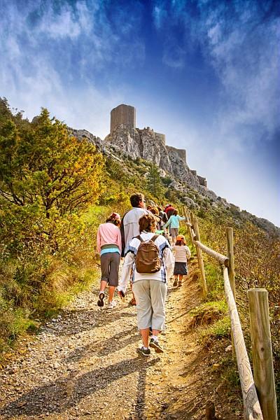 Ascension par une famille de randonneurs du château de quéribus