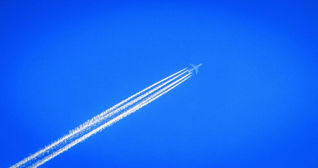 Un avion et sa trainée dans le ciel