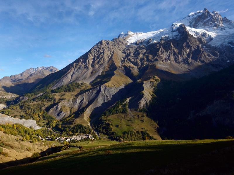 vue du village de la Grave avec en toile de fond l'imposant massif de la Meije