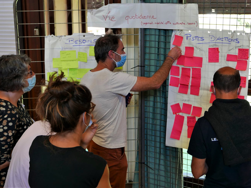 Des participants réfléchissent via des post-it de couleur sur les différentes thématiques abordées lors des ateliers territoriaux.