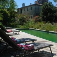 piscine à filtration naturelle et maison principale