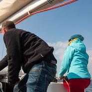 Participants aidant aux manœuvres au large des côtes varoises - Sortie d'observation et d'étude des cétacés avec Manga Vagabonde (Copyright Stéphanie Vigetta)