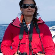 Participante en pleine recherche de cétacés au large des côtes varoises - Sortie d'observation et d'étude des cétacés avec Manga Vagabonde (Copyright Stéphanie Vigetta)