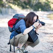 Participante à une balade photo naturaliste en plein exercice sur un spot photo déniché par Mwanga Vagabonde sur l'île de Porquerolles (Copyright Stéphanie Vigetta)