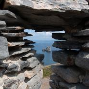 Cap des Mèdes vu à travers les fortifications - Balade photo naturaliste avec Mwanga Vagabonde (Copyright Stéphanie Vigetta)