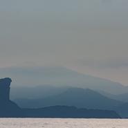 Bec de l'aigle (Ciotat) photographié à l'heure bleue à partir du voilier durant le voyage d'observation et d'étude des cétacés de Méditerranée avec Mwanga Vagabonde (Copyright Stéphanie Vigetta)