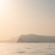 Baie de la Ciotat photographiée durant l'heure dorée lors d'un voyage d'observation et d'études des cétacés de Méditerranée en voilier avec Mwanga Vagabonde (Copyright Stéphanie Vigetta)