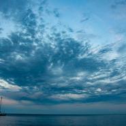 Voilier au mouillage - Voyage d'observation et d'étude des cétacés de Méditerranée avec Mwanga Vagabonde (Copyright Stéphanie Vigetta)