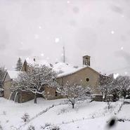 village-de-chanousse-sous-la-neige-en-hiver